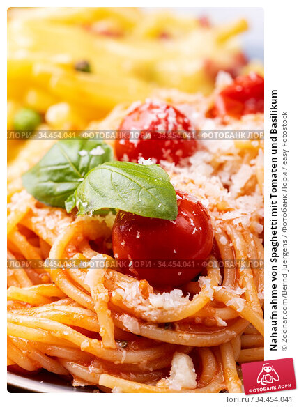 Nahaufnahme von Spaghetti mit Tomaten und Basilikum. Стоковое фото, фотограф Zoonar.com/Bernd Juergens / easy Fotostock / Фотобанк Лори