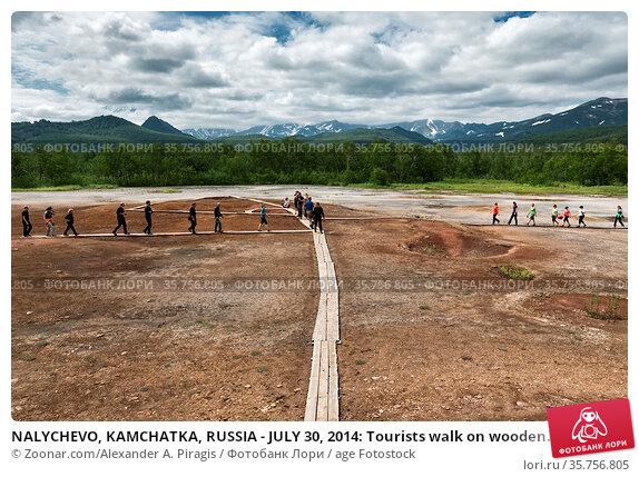 NALYCHEVO, KAMCHATKA, RUSSIA - JULY 30, 2014: Tourists walk on wooden... Стоковое фото, фотограф Zoonar.com/Alexander A. Piragis / age Fotostock / Фотобанк Лори