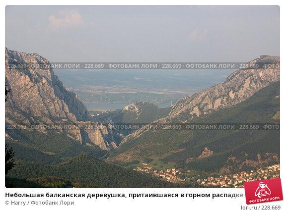 Небольшая балканская деревушка, притаившаяся в горном распадке, фото № 228669, снято 19 августа 2007 г. (c) Harry / Фотобанк Лори