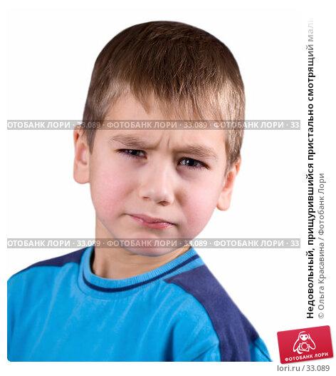 Недовольный, прищурившийся пристально смотрящий мальчик на белом, фото № 33089, снято 20 декабря 2006 г. (c) Ольга Красавина / Фотобанк Лори