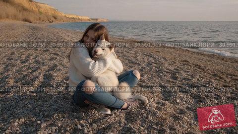 Купить «Nice teenage girl with long hair hugs her lovely shiba inu dog on the beach on sunrise slow motion», видеоролик № 30991969, снято 4 августа 2020 г. (c) Denis Mishchenko / Фотобанк Лори