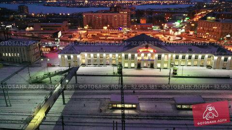 Ночной вид на здание железнодорожного вокзала города Нижний Тагил. Россия. Стоковое видео, видеограф Евгений Ткачёв / Фотобанк Лори