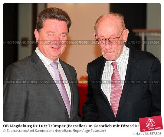 OB Magdeburg Dr.Lutz Trümper (Parteilos) im Gespräch mit Edzard Reuter... Стоковое фото, фотограф Zoonar.com/Axel Kammerer / age Fotostock / Фотобанк Лори