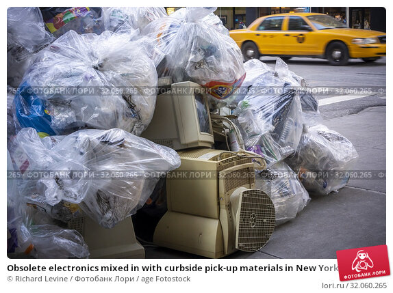 Obsolete electronics mixed in with curbside pick-up materials in New York on Thursday, February 28, 2019. (© Richard B. Levine). Стоковое фото, фотограф Richard Levine / age Fotostock / Фотобанк Лори