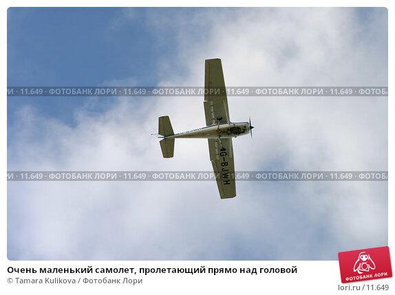 Очень маленький самолет, пролетающий прямо над головой, фото № 11649, снято 29 октября 2006 г. (c) Tamara Kulikova / Фотобанк Лори