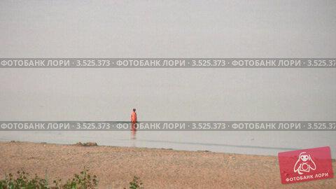 Купить «Одинокий пожилой человек заходит в воду», видеоролик № 3525373, снято 2 сентября 2008 г. (c) Losevsky Pavel / Фотобанк Лори