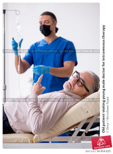 Old patient visiting young male doctor for intravenous therapy. Стоковое фото, фотограф Elnur / Фотобанк Лори