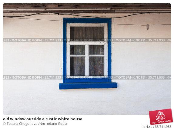 old window outside a rustic white house. Стоковое фото, фотограф Tetiana Chugunova / Фотобанк Лори