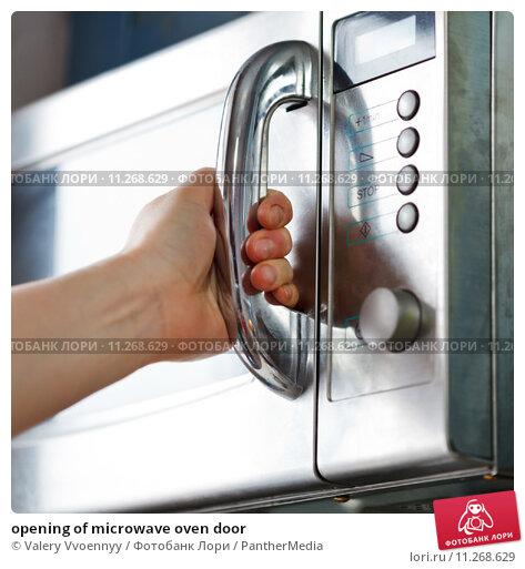 Купить «opening of microwave oven door», фото № 11268629, снято 22 марта 2019 г. (c) PantherMedia / Фотобанк Лори
