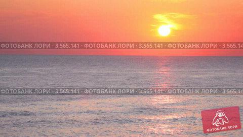 Купить «Оранжевое небо с облаками над морем на закате», видеоролик № 3565141, снято 28 февраля 2010 г. (c) Losevsky Pavel / Фотобанк Лори