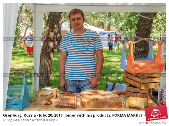 Orenburg, Russia - July, 20, 2019: Joiner with his products. FORMA MARKET - a city festival for the promotion of handmade designers, artisans and their projects with the aim of engaging in the business environment. Редакционное фото, фотограф Вадим Орлов / Фотобанк Лори