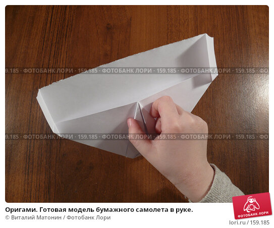 Купить «Оригами. Готовая модель бумажного самолета в руке.», фото № 159185, снято 24 апреля 2018 г. (c) Виталий Матонин / Фотобанк Лори