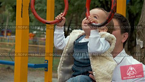 Купить «Отец с дочкой на детской площадке», видеоролик № 13097501, снято 21 ноября 2015 г. (c) Сергей Богатырев / Фотобанк Лори