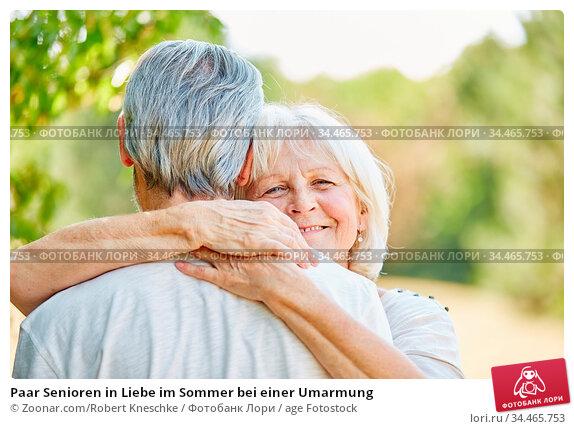 Paar Senioren in Liebe im Sommer bei einer Umarmung. Стоковое фото, фотограф Zoonar.com/Robert Kneschke / age Fotostock / Фотобанк Лори