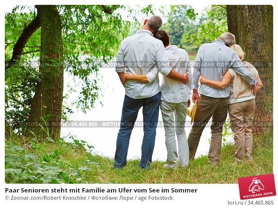 Paar Senioren steht mit Familie am Ufer vom See im Sommer. Стоковое фото, фотограф Zoonar.com/Robert Kneschke / age Fotostock / Фотобанк Лори