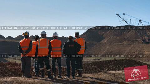 Купить «Panorama shot of a group of workers in overalls actively speaking on board a bauxite quarry», видеоролик № 28316101, снято 15 марта 2017 г. (c) Вячеслав Позднышев / Фотобанк Лори