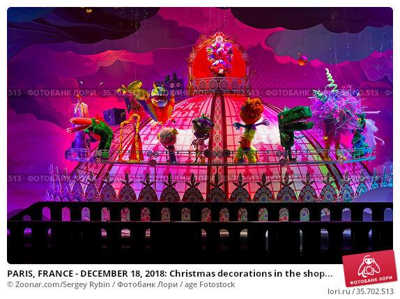 PARIS, FRANCE - DECEMBER 18, 2018: Christmas decorations in the shop... Стоковое фото, фотограф Zoonar.com/Sergey Rybin / age Fotostock / Фотобанк Лори
