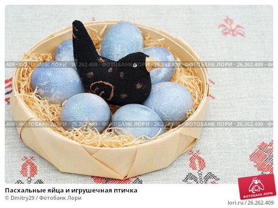 Купить «Пасхальные яйца и игрушечная птичка», эксклюзивное фото № 26262409, снято 16 апреля 2017 г. (c) Dmitry29 / Фотобанк Лори