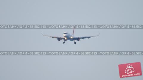 Passenger airliner in flight. Стоковое видео, видеограф Игорь Жоров / Фотобанк Лори