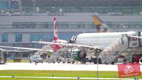 Купить «Passengers boarding airplane», видеоролик № 27385517, снято 23 июля 2017 г. (c) Игорь Жоров / Фотобанк Лори