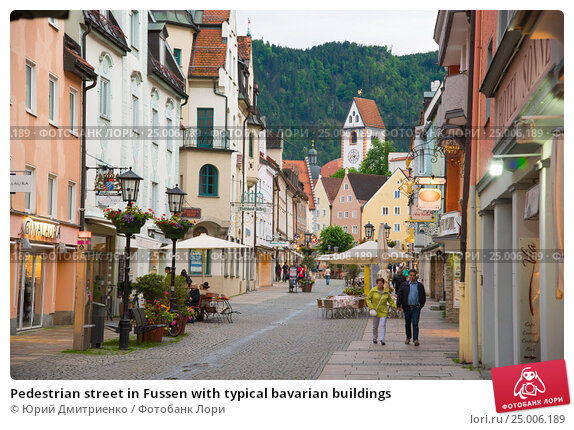 Купить «Pedestrian street in Fussen with typical bavarian buildings», фото № 25006189, снято 4 июня 2016 г. (c) Юрий Дмитриенко / Фотобанк Лори