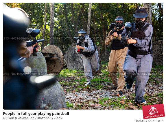 Купить «People in full gear playing paintball», фото № 33710813, снято 26 июня 2020 г. (c) Яков Филимонов / Фотобанк Лори