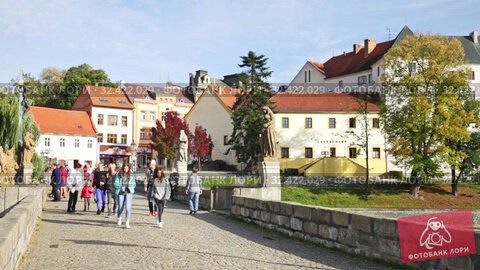 Купить «People walking along ancient Pisek Stone bridge across Otava River decorated with baroque sculptures on sunny autumn day», видеоролик № 32422029, снято 11 октября 2019 г. (c) Яков Филимонов / Фотобанк Лори