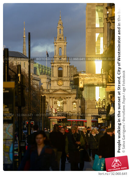 People walking in the sunset at Strand, City of Westminster and in the background the church of St Mary le Strand London, England (2019 год). Редакционное фото, фотограф Salva Garrigues / age Fotostock / Фотобанк Лори