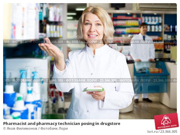 Pharmacist and pharmacy technician posing in drugstore, фото № 23366305, снято 17 августа 2017 г. (c) Яков Филимонов / Фотобанк Лори