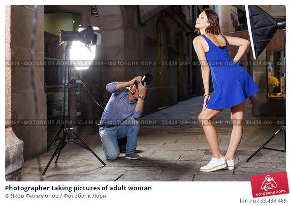 Купить «Photographer taking pictures of adult woman», фото № 33438469, снято 5 октября 2018 г. (c) Яков Филимонов / Фотобанк Лори