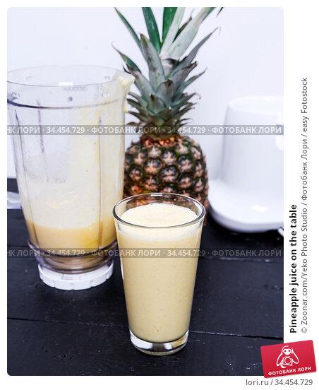 Pineapple juice on the table. Стоковое фото, фотограф Zoonar.com/Yeko Photo Studio / easy Fotostock / Фотобанк Лори