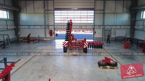 Plant for the production of agricultural machinery. Workers make the assembly of agricultural machinery. Стоковое видео, видеограф Андрей Радченко / Фотобанк Лори