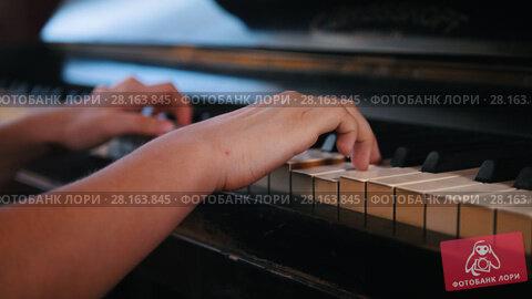 Купить «Playing hands of teen girl on the piano», видеоролик № 28163845, снято 22 марта 2018 г. (c) Константин Шишкин / Фотобанк Лори