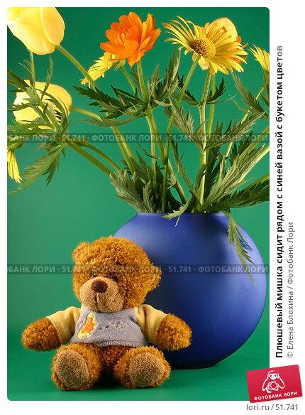 Плюшевый мишка сидит рядом с синей вазой с букетом цветов, фото № 51741, снято 23 мая 2007 г. (c) Елена Блохина / Фотобанк Лори