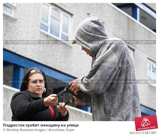 Подросток грабит женщину на улице. Стоковое фото, фотограф Monkey Business Images / Фотобанк Лори