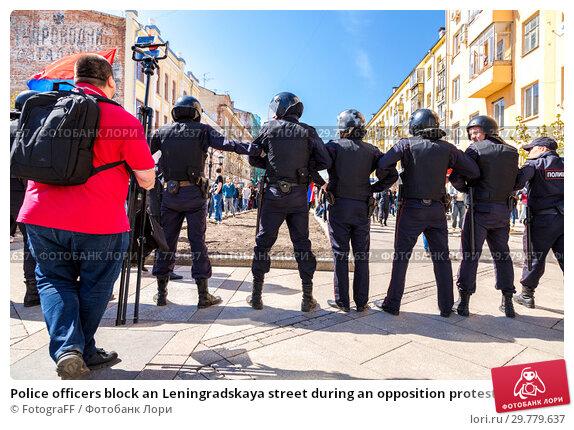 Купить «Police officers block an Leningradskaya street during an opposition protest», фото № 29779637, снято 5 мая 2018 г. (c) FotograFF / Фотобанк Лори