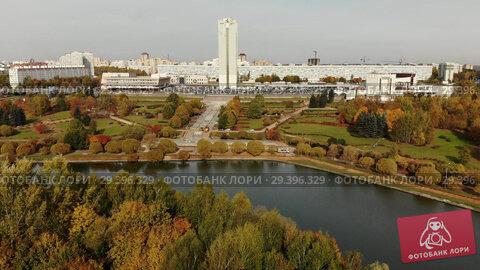 Купить «pond in Victory Park in autumn in Zelenograd of Moscow, Russia», видеоролик № 29396329, снято 20 апреля 2019 г. (c) Володина Ольга / Фотобанк Лори