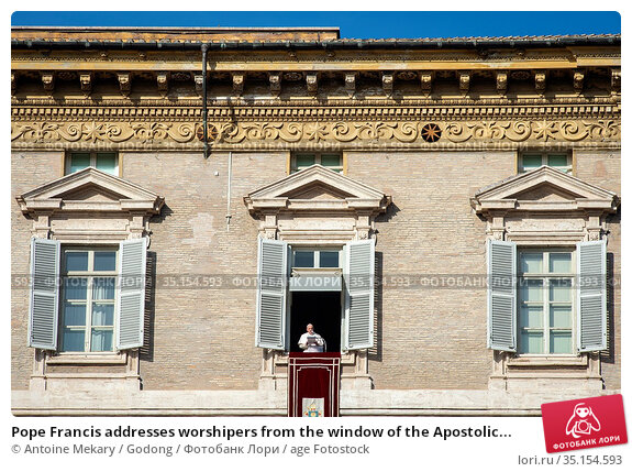 Pope Francis addresses worshipers from the window of the Apostolic... Стоковое фото, фотограф Antoine Mekary / Godong / age Fotostock / Фотобанк Лори