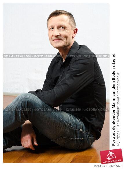 Купить «Portrait denkender Mann auf dem Boden sitzend», фото № 12423569, снято 23 февраля 2019 г. (c) PantherMedia / Фотобанк Лори