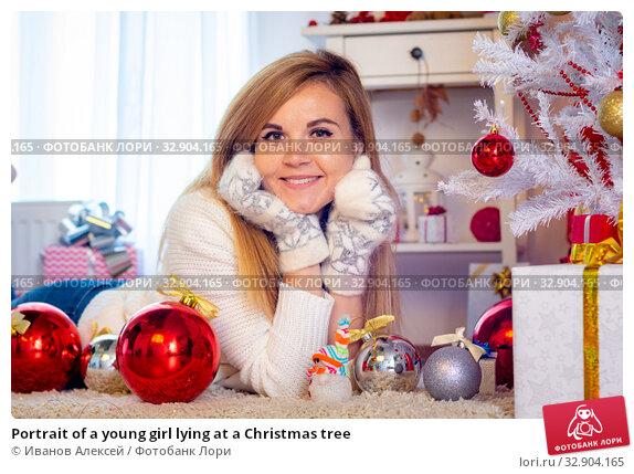 Portrait of a young girl lying at a Christmas tree. Стоковое фото, фотограф Иванов Алексей / Фотобанк Лори
