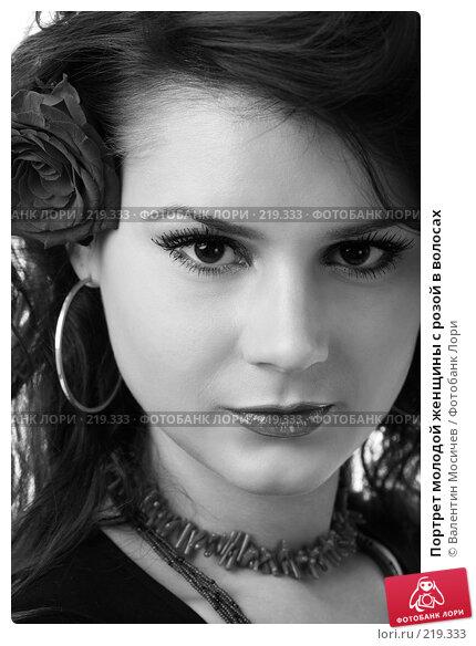 Портрет молодой женщины с розой в волосах, фото № 219333, снято 8 декабря 2007 г. (c) Валентин Мосичев / Фотобанк Лори