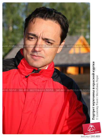 Портрет мужчины в красной куртке, фото № 260489, снято 22 июля 2017 г. (c) Losevsky Pavel / Фотобанк Лори