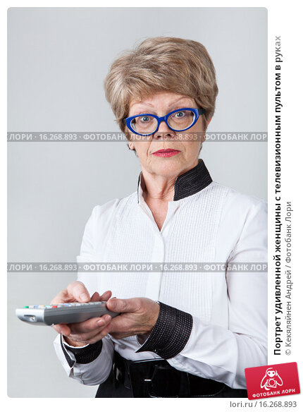 Купить «Портрет удивленной женщины с телевизионным пультом в руках», фото № 16268893, снято 13 декабря 2015 г. (c) Кекяляйнен Андрей / Фотобанк Лори