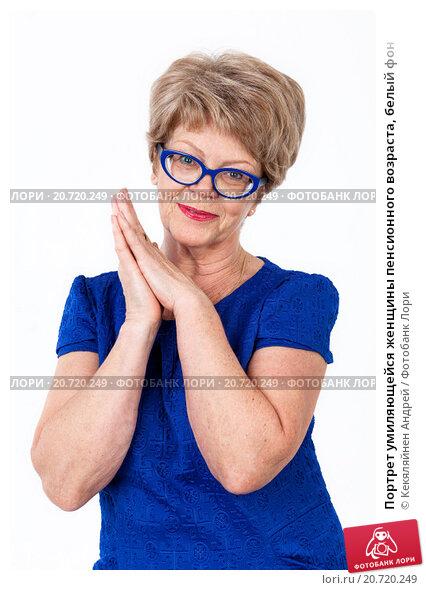 Купить «Портрет умиляющейся женщины пенсионного возраста, белый фон», фото № 20720249, снято 13 декабря 2015 г. (c) Кекяляйнен Андрей / Фотобанк Лори