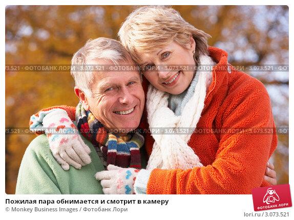 Пожилая пара обнимается и смотрит в камеру, фото № 3073521, снято 12 ноября 2008 г. (c) Monkey Business Images / Фотобанк Лори