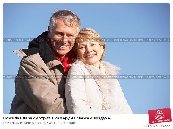Пожилая пара смотрит в камеру на свежем воздухе, фото № 3073385, снято 12 ноября 2008 г. (c) Monkey Business Images / Фотобанк Лори