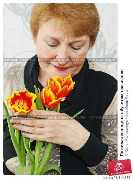 Купить «Пожилая женщина с букетом тюльпанов», фото № 3414353, снято 21 марта 2012 г. (c) Юлия Маливанчук / Фотобанк Лори