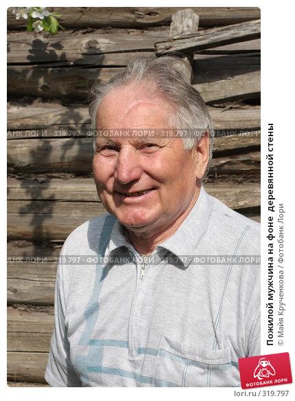 Пожилой мужчина на фоне  деревянной стены, фото № 319797, снято 17 мая 2008 г. (c) Майя Крученкова / Фотобанк Лори