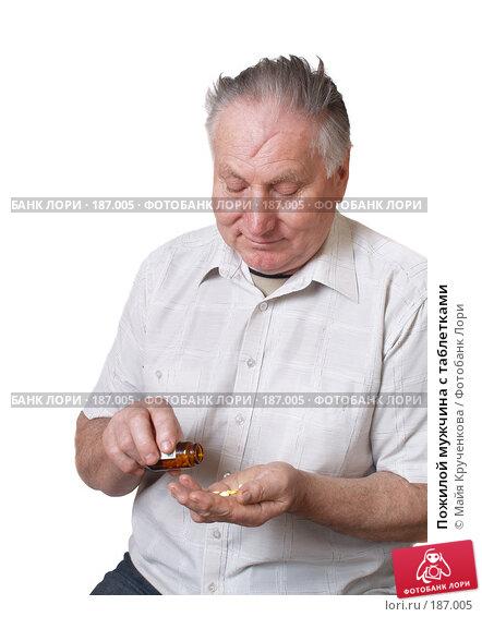 Пожилой мужчина с таблетками, фото № 187005, снято 25 января 2008 г. (c) Майя Крученкова / Фотобанк Лори