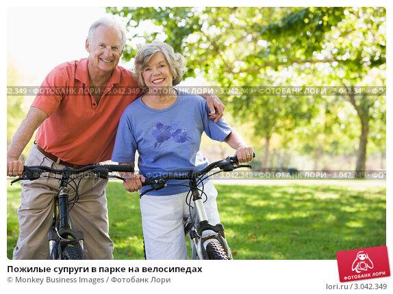 Пожилые супруги в парке на велосипедах, фото № 3042349, снято 26 февраля 2000 г. (c) Monkey Business Images / Фотобанк Лори